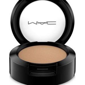 MAC veluxe eyeshadow in soba